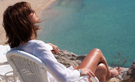 Donna seduta al sole